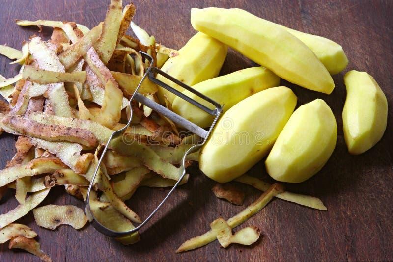 Pommes de terre d'écaillement images libres de droits