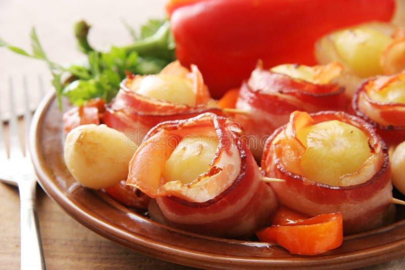 Pommes de terre dans le becon. photographie stock libre de droits