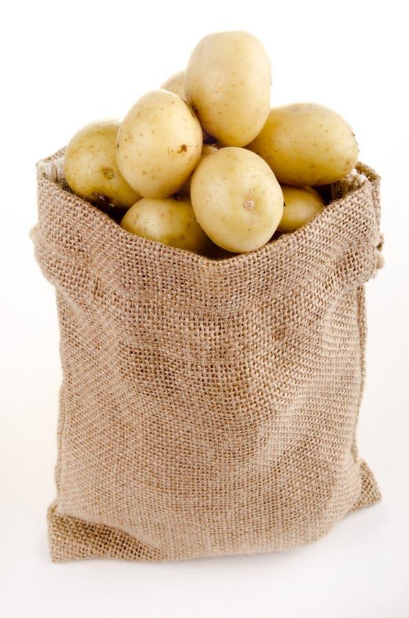 Pommes de terre de chéri dans un petit sac de jute photos libres de droits