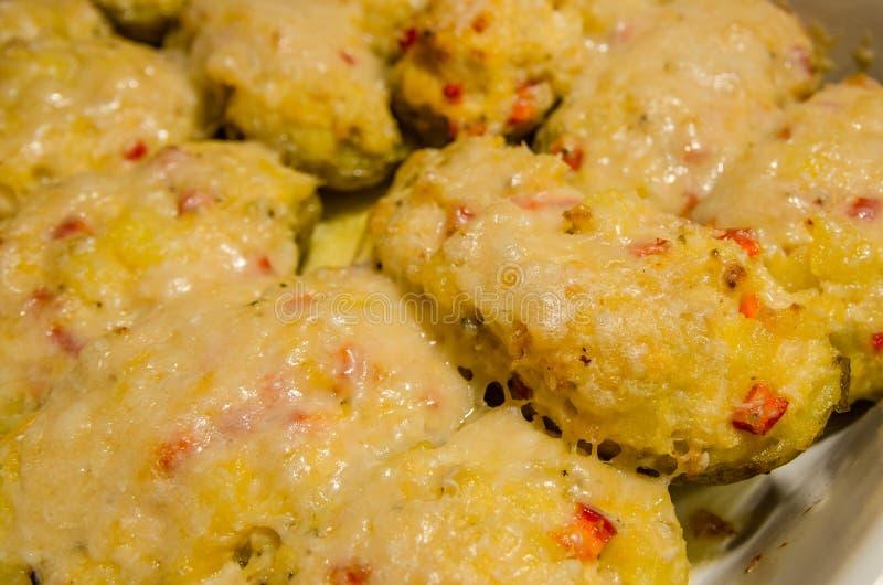 Pommes de terre deux fois cuites au four avec du fromage fondu photo stock