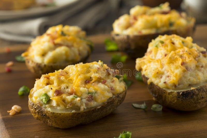 Pommes de terre deux fois cuites au four faites maison photo stock