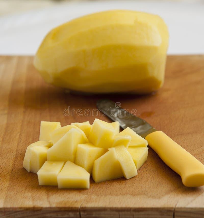 Pommes de terre enlevées coupées en tranches photos stock