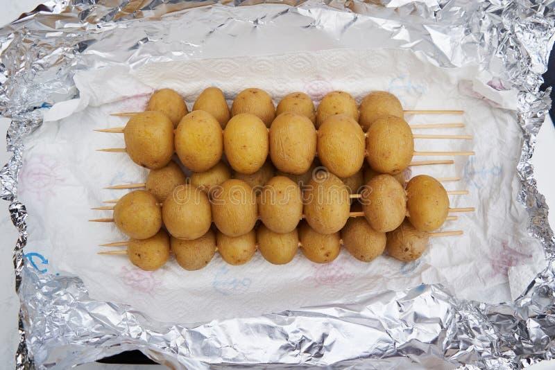 Pommes de terre entières fraîches de bébé pour griller photographie stock