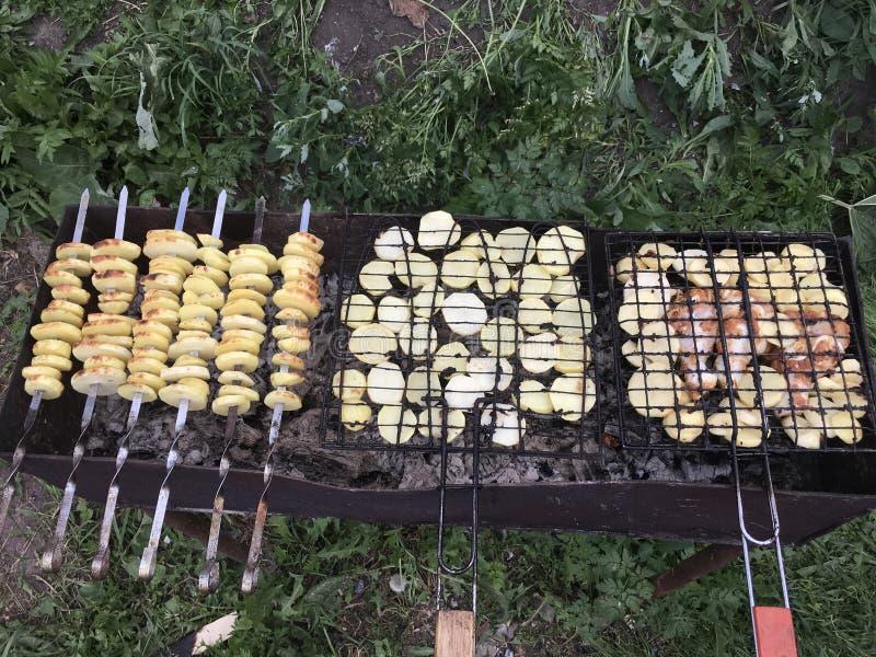 Pommes de terre et poulet cuits sur le gril photo stock