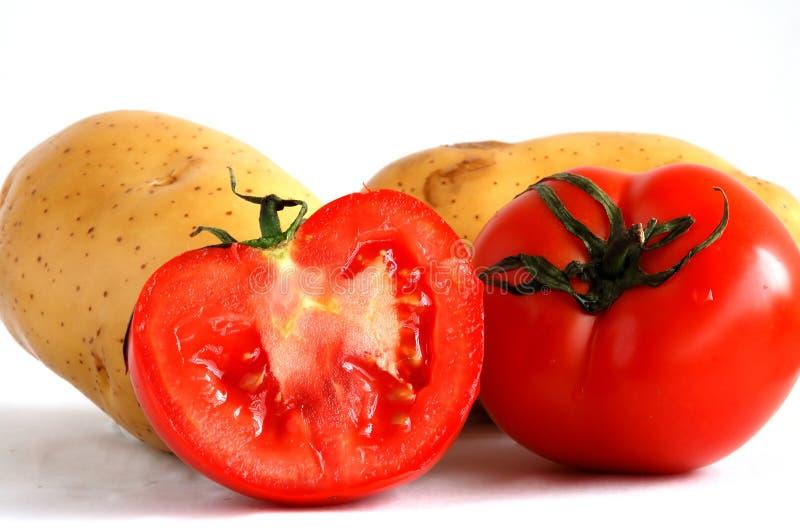 Pommes de terre et tomates coupées en tranches images stock