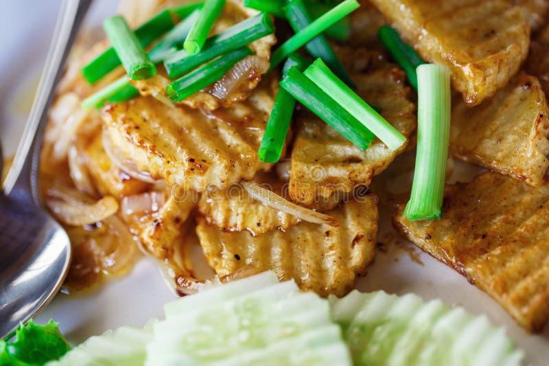 Pommes de terre frites aux oignons images stock