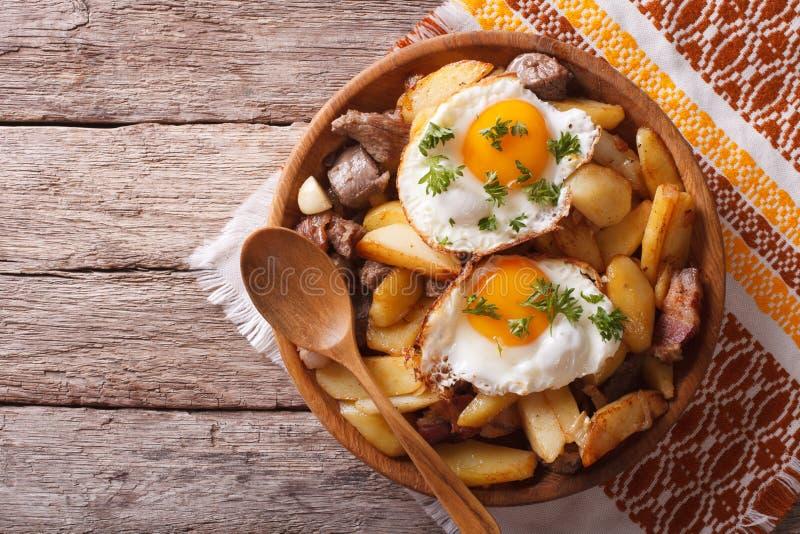 Pommes de terre frites avec de la viande et des oeufs dans une cuvette vue supérieure horizontale photos libres de droits