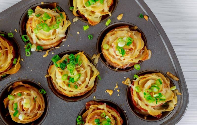 Pommes de terre frites avec le lard et le fromage, oignons photographie stock libre de droits