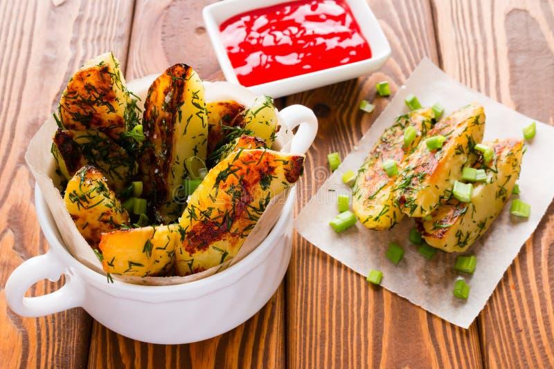 Pommes de terre frites par maison aux oignons verts photos libres de droits