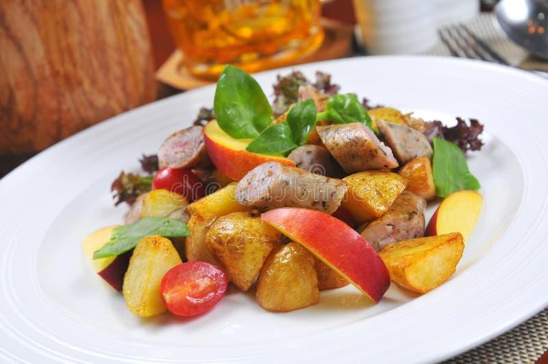 Pommes de terre frites par saucisse allemande image stock