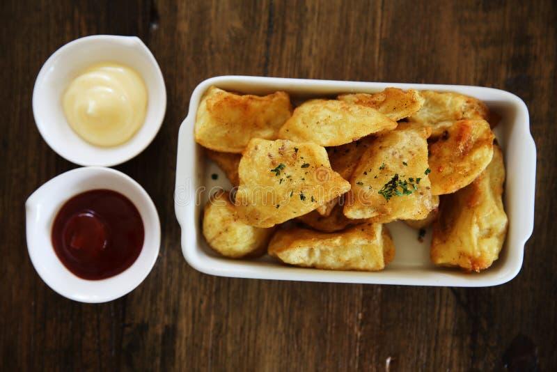 Pommes de terre frites sur la table en bois image libre de droits