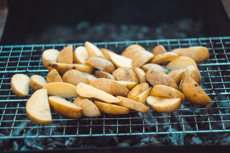 Pommes de terre frites sur le gril images libres de droits
