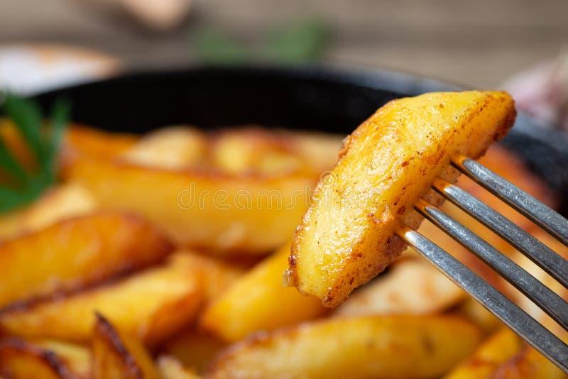 Pommes de terre frites sur une fourchette photographie stock libre de droits