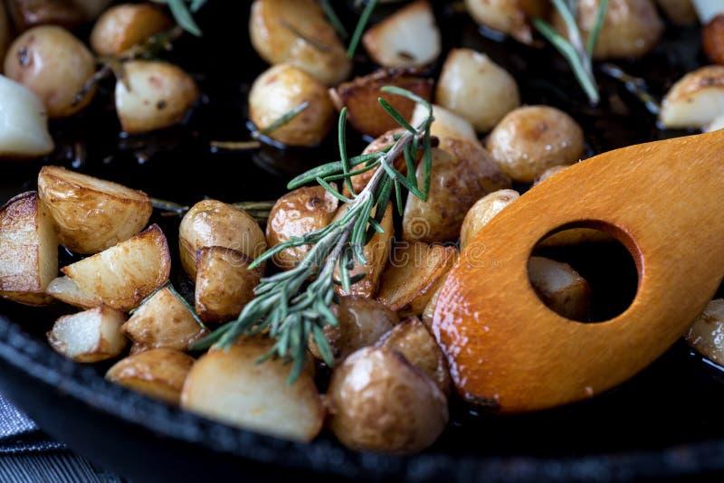 Pommes de terre frites sur une poêle noire images stock