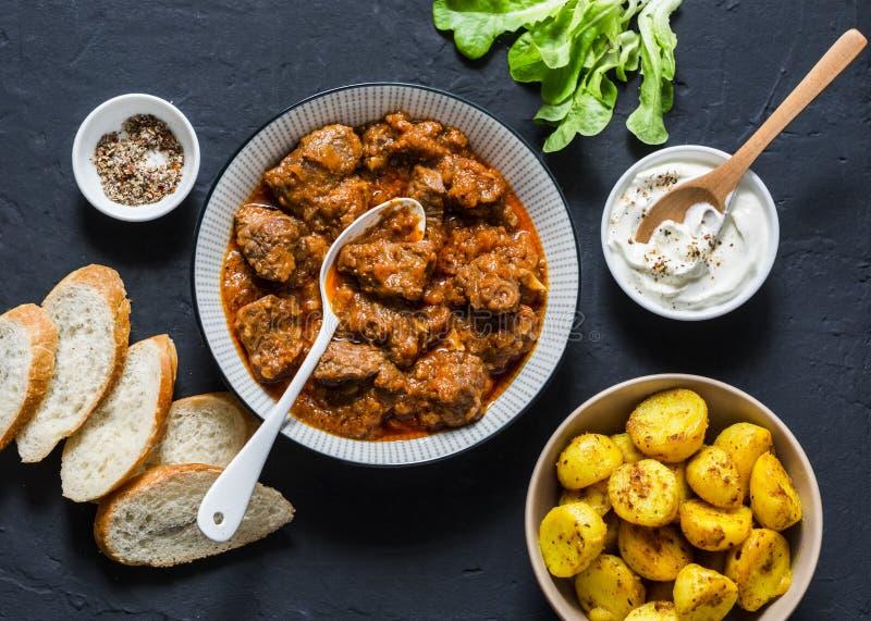 Pommes de terre irlandaises de ragoût et de safran des indes de boeuf - déjeuner saisonnier délicieux sur un fond foncé, vue supé image libre de droits