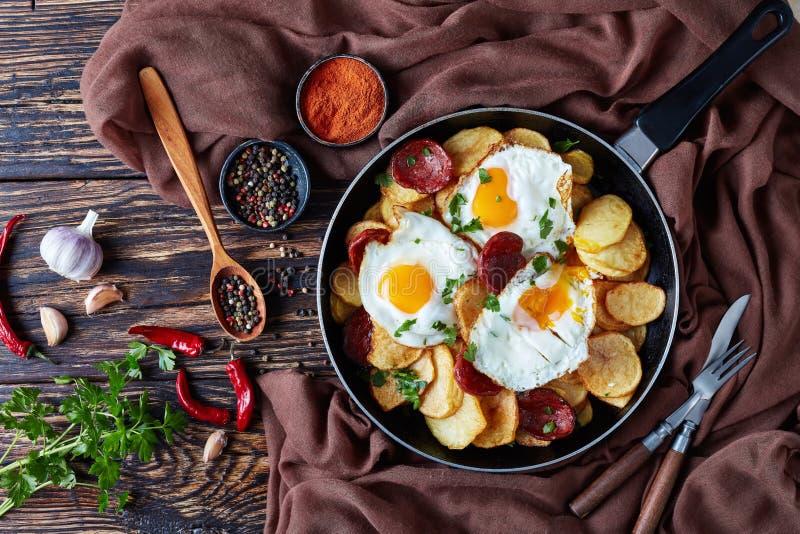 Pommes de terre, oeufs et saucisses frits espagnols de chorizo photographie stock