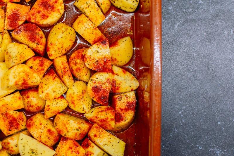 Pommes de terre rôties aux épices savoureuses images libres de droits
