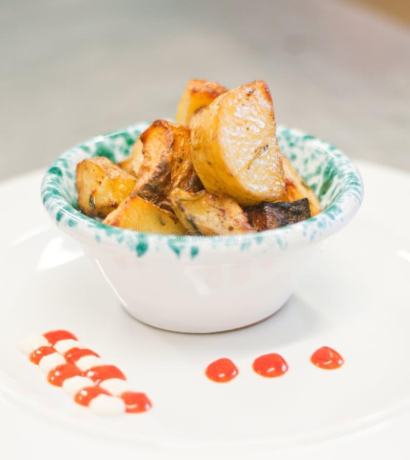Pommes de terre rôties avec la sauce tomate et la mayonnaise image stock