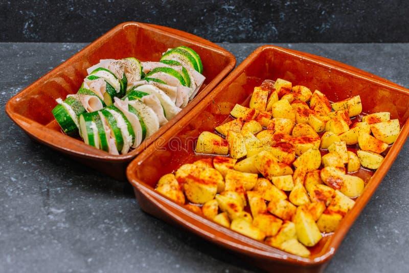 Pommes de terre rôties et courgettes au jambon de dinde pour le dîner photo libre de droits