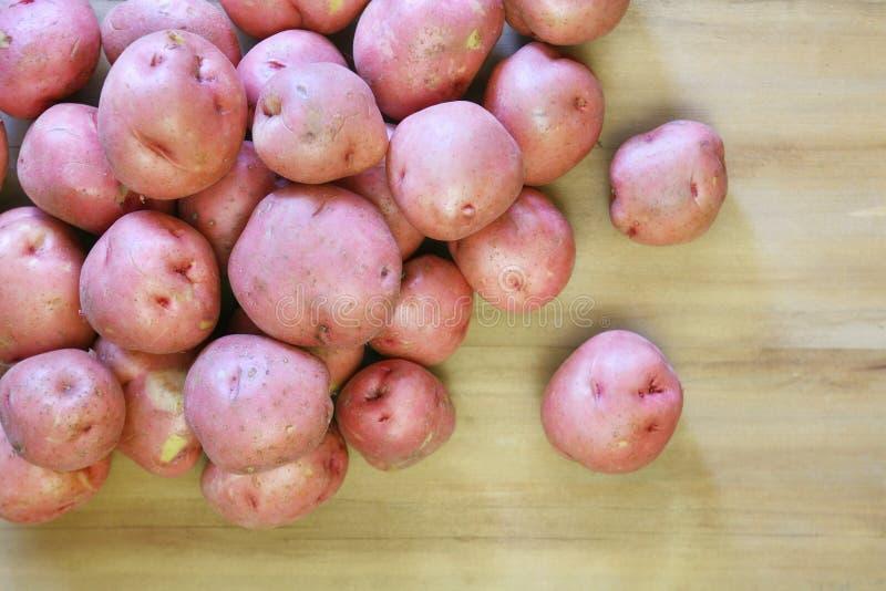Pommes de terre renversées image stock