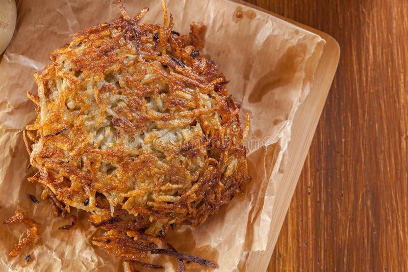 Pommes de terre rissolées, crêpes de pomme de terre sur le papier photo stock