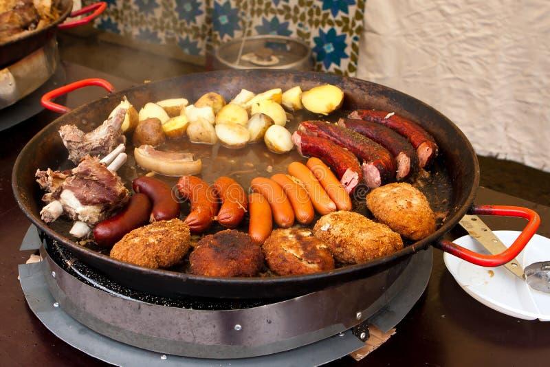 Pommes de terre, saucisses, viande et boulettes de viande dans le carter photographie stock libre de droits