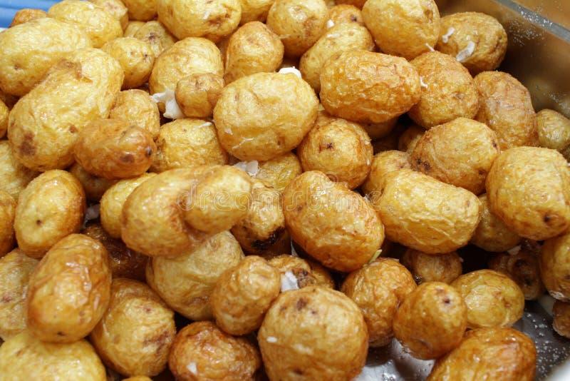 Pommes de terre saut?es fra?ches avec l'ail R?gime et concept sain de consommation Nourriture v?g?tarienne Texture de fond de pom photo libre de droits