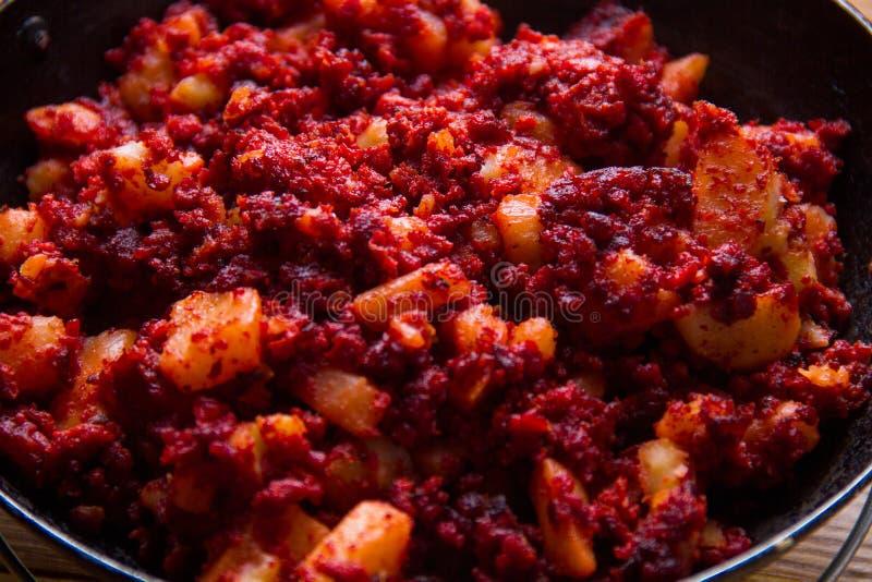 Pommes de terre traditionnelles avec le chorizo images stock