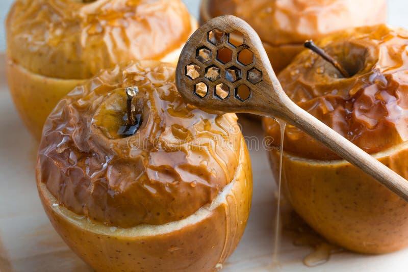 Pommes Delicious cuites au four avec la granola Option saine de consommation photos stock