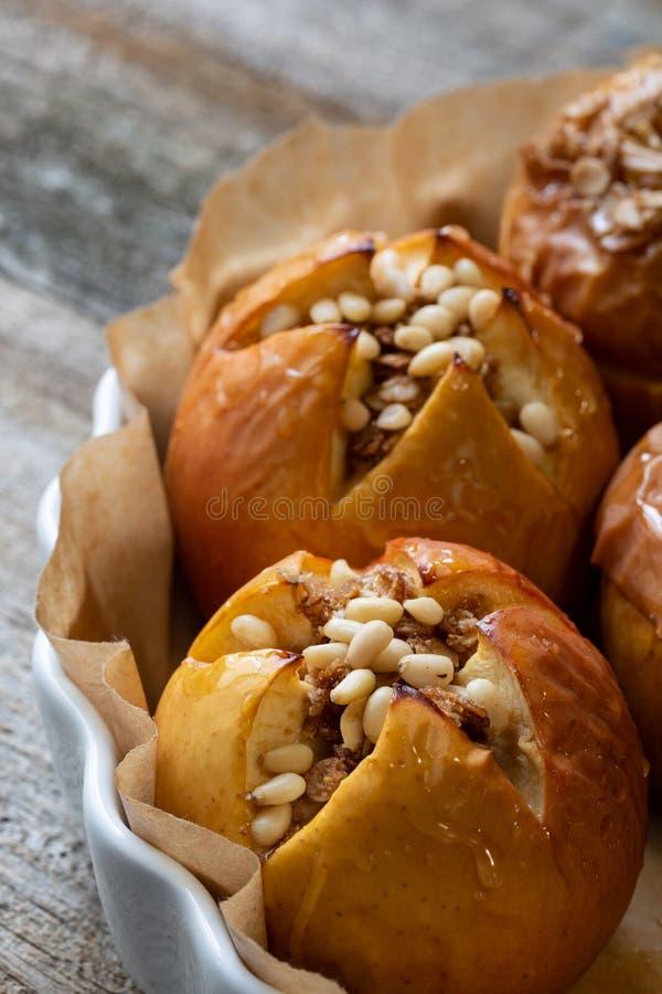 Pommes Delicious cuites au four avec la granola Option saine de consommation photo libre de droits