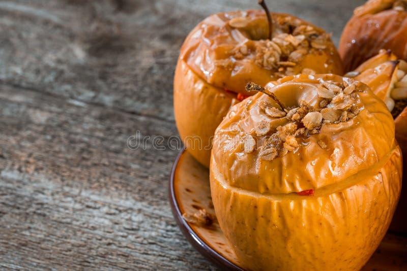 Pommes Delicious cuites au four avec la granola Option saine de consommation photo stock