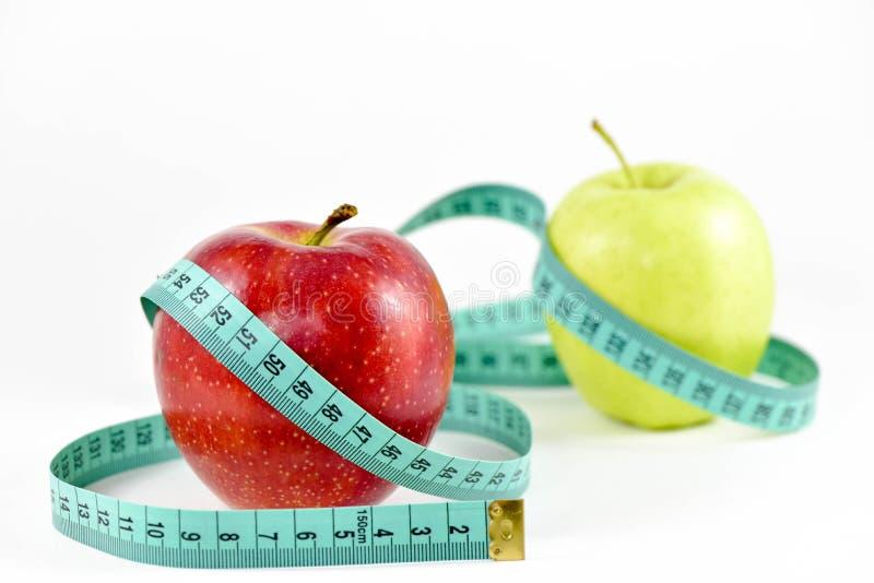 Pommes et bande de centimètre photos stock