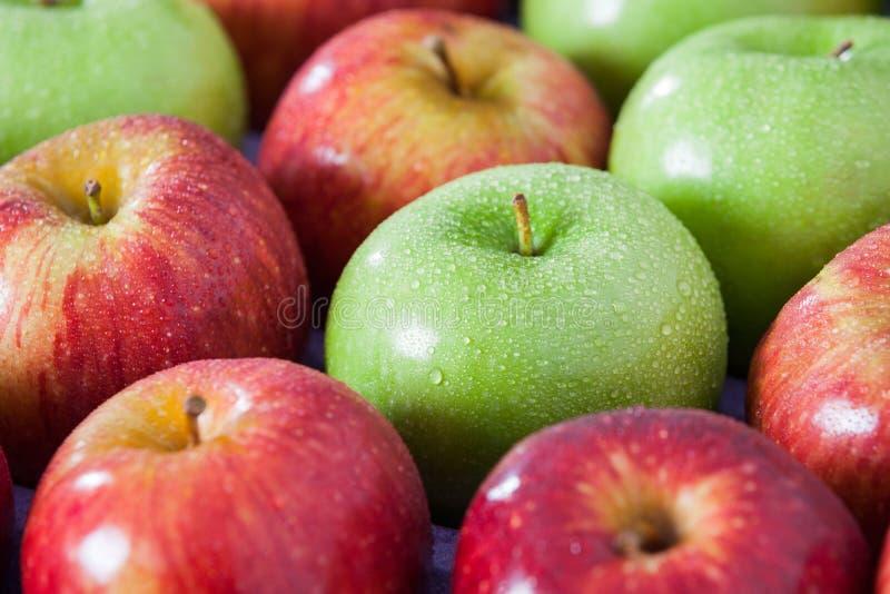 Pommes fraîches avec des gouttelettes d'eau photos stock