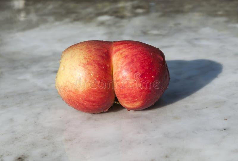 Pommes fraîches avec drôle photos stock