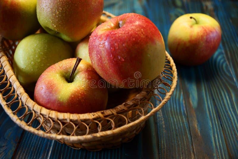 Pommes fra?ches dans un panier image libre de droits