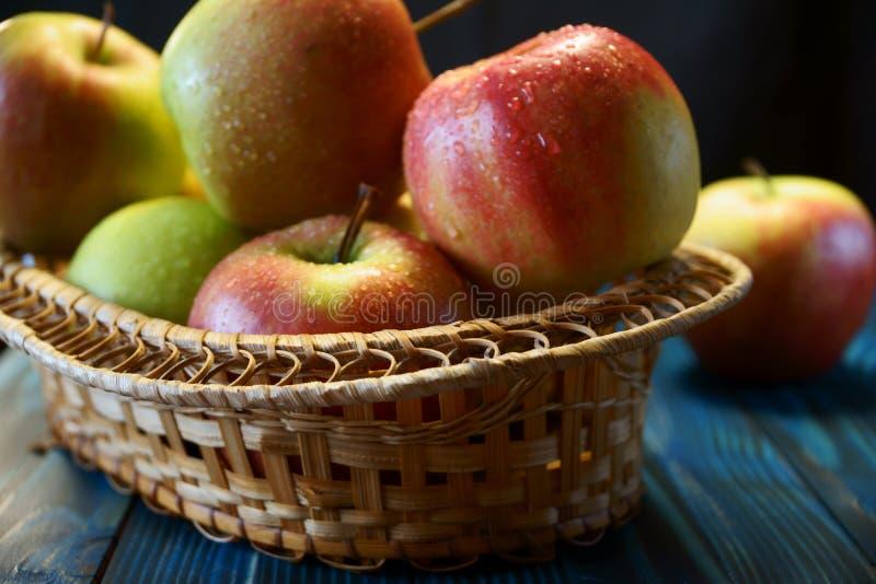 Pommes fra?ches dans un panier photographie stock libre de droits