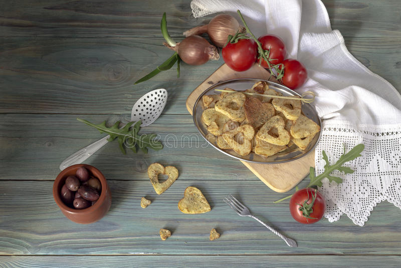 Pommes-Frites auf einem Holztisch stockbilder