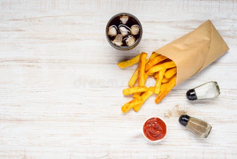 Pommes frites avec le kola de glace sur l'espace de copie photographie stock