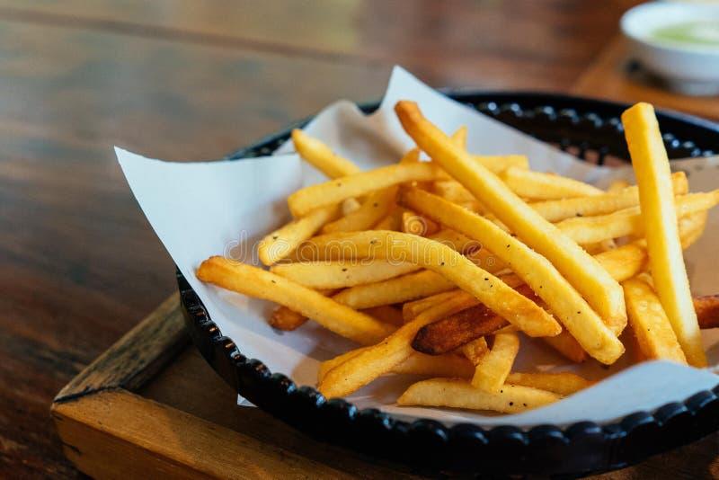 Pommes frites dans la cuvette photographie stock