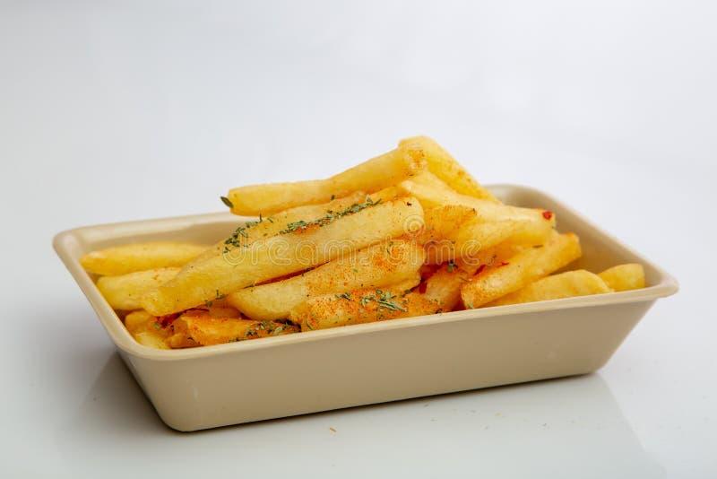 Pommes-Frites in dienendem Behälter lizenzfreies stockfoto
