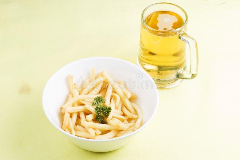 Pommes frites et bières fraîches photographie stock libre de droits