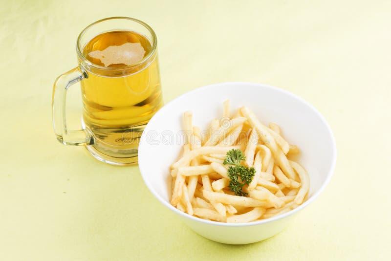 Pommes frites et bières fraîches images libres de droits