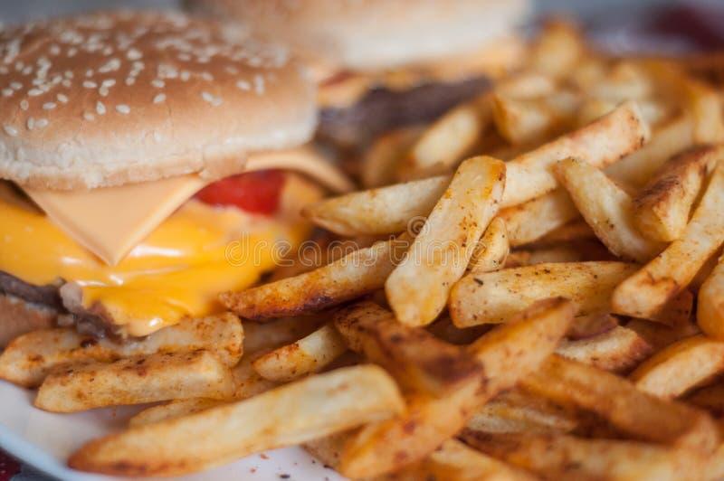 Pommes frites et hamburger fait maison dans un plat photo stock