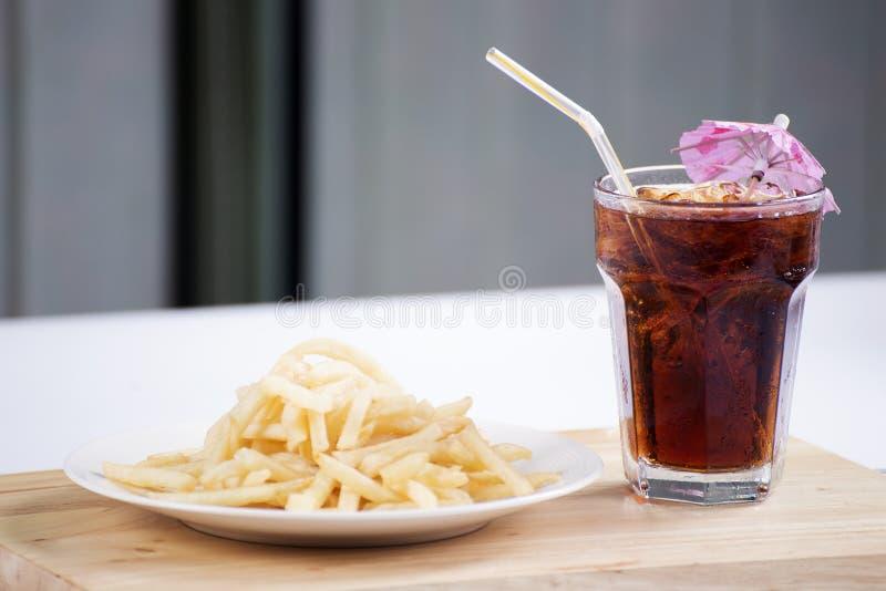 Pommes frites et kola de glace photographie stock