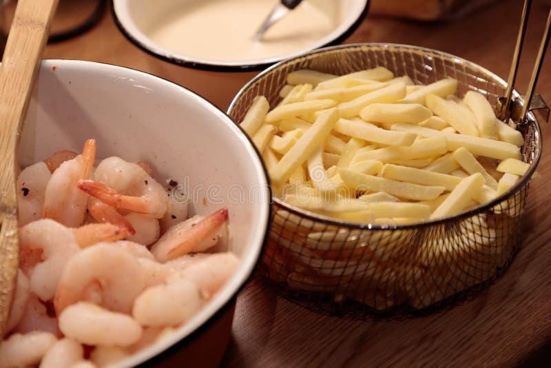 Pommes frites et sauce de crevette dans le plan rapproché de cuisine images stock