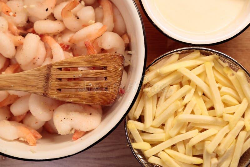 Pommes frites et sauce de crevette dans le plan rapproché de cuisine images libres de droits