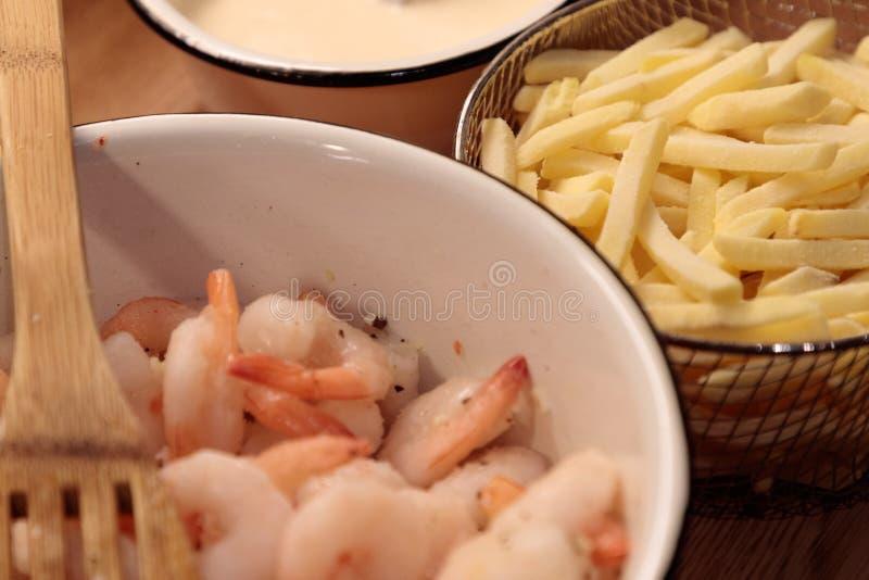 Pommes frites et sauce de crevette dans le plan rapproché de cuisine image stock