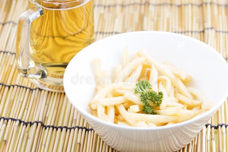 Pommes frites fraîches avec des bières images stock