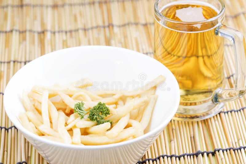 Pommes frites fraîches avec le verre de bières photos libres de droits
