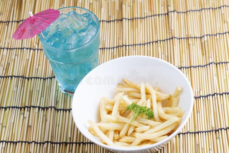 Pommes frites fraîches et poinçon bleu photographie stock
